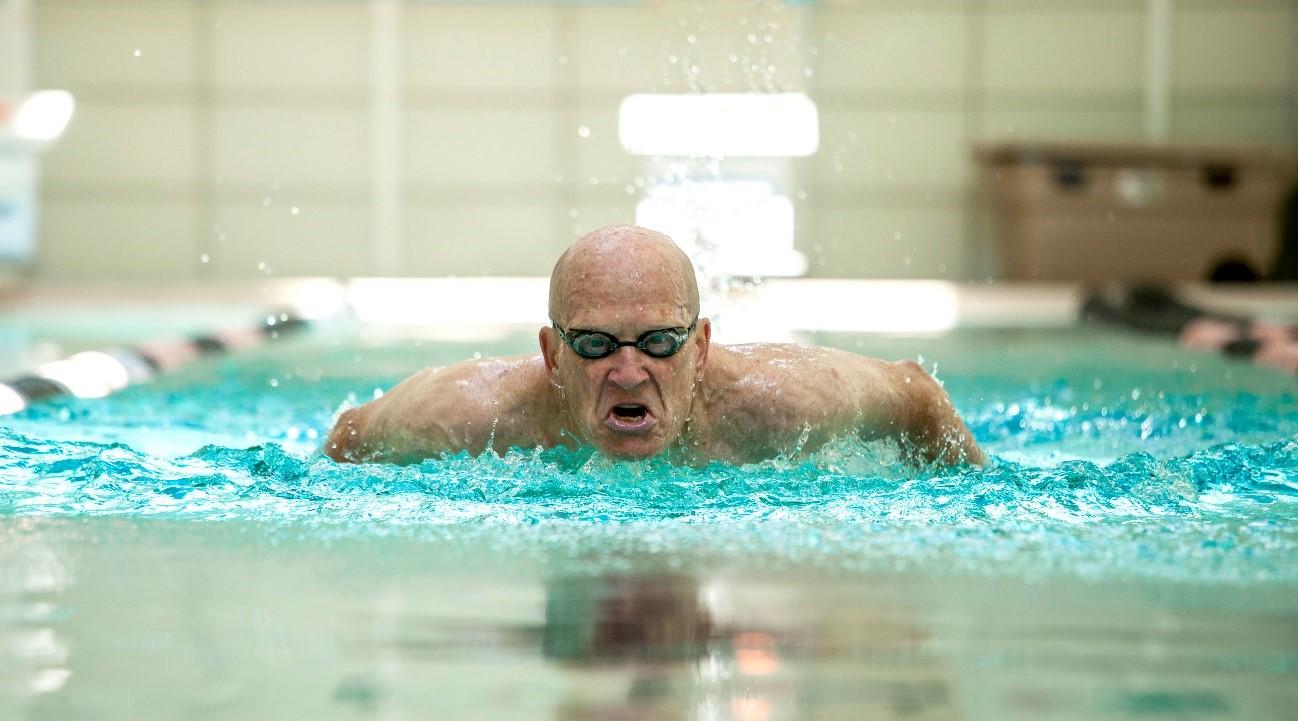 ¿Cómo puede la natación mejorar el equilibrio?